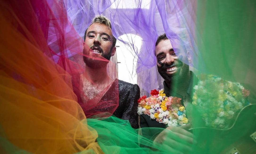 Tiago Lila e João Caçador, a dupla do Fado Bicha, que faz shows em Lisboa Foto: Hermes de Paula / Agência O Globo