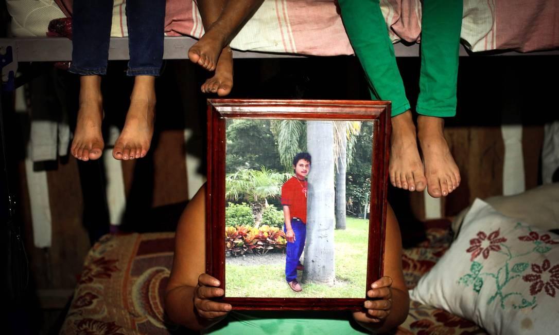 Nora Elsi mostra o marido José Vasquez, desaparecido em 2013 Foto: Domingos Peixoto / Agência O Globo