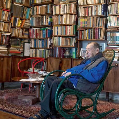 Aos 97 anos, Jacó Guinsburg acaba de publicar um livro de poesias, coroando uma carreira brilhante de autor e editor Foto: Edilson Dantas / Agência O Globo