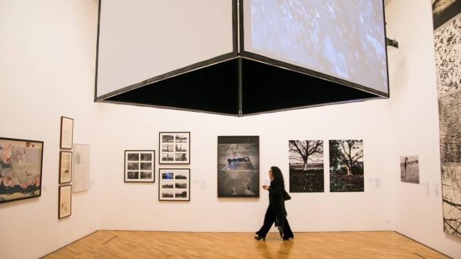 A curadora Cecilia Fajardo-Hill na montagem da coletiva 'Mulheres radicais' na Pinacoteca Foto: Levi Fanan/Divulgação