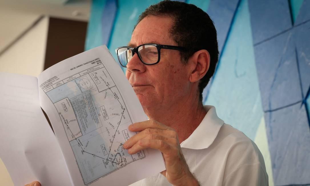 Mudança: o ex-piloto Jorge Linhares examina estudo de troca de rota que enviou à Anac Foto: Roberto Moreyra / Agência O Globo