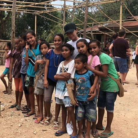 Victoria Beckham entre as crianças na ilha de Sumba Foto: Reprodução do Instagram