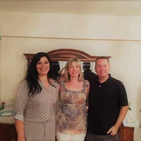 Antes da prisão. Raquel, à esquerda, com o pastor Brunson e a mulher em festa de aniversário Foto: Arquivo pessoal