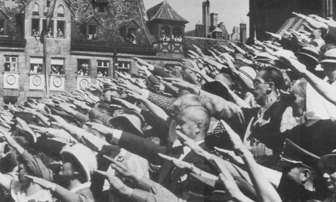 Cena de dociumentário da cineasta alemã Leni Riefenstahl mostra multidão aclamando Hitler no Congresso de Nuremberg: políticos que negociaram a coalizão julgavam que poderiam manipulá-lo