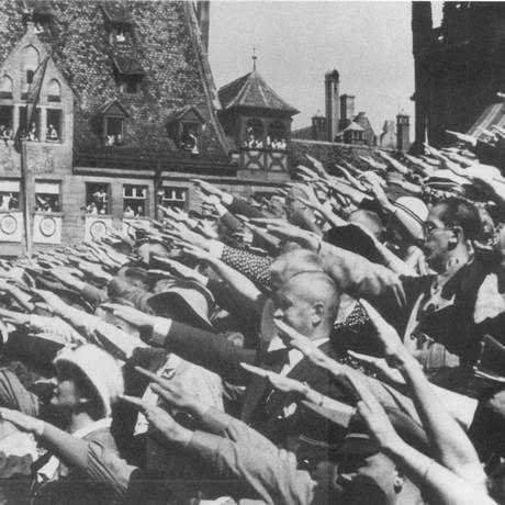 Cena de dociumentário da cineasta alemã Leni Riefenstahl mostra multidão aclamando Hitler no Congresso de Nuremberg: políticos que negociaram a coalizão julgavam que poderiam manipulá-lo Foto: Reprodução