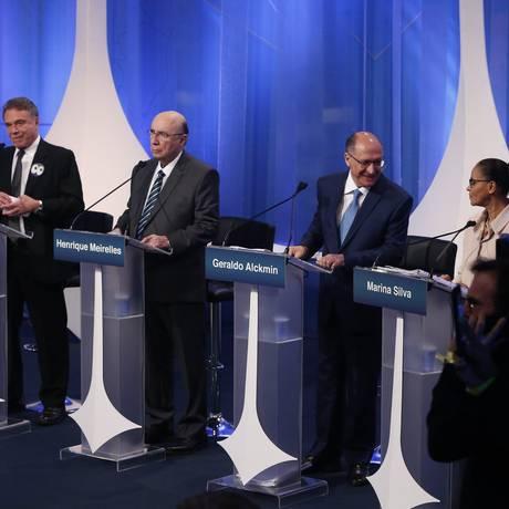 Candidatos aguardam o início do debate na RedeTV! Foto: Marcos Alves / Agência O Globo