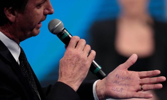 Bolsonaro confere 'cola' na própria mão antes de fazer pergunta a Marina