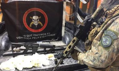 Fuzil e drogras apreendidos Foto: Divulgação