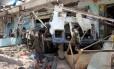 O ataque da coalizão saudita destruiu completamente o ônibus que levava crianças para um passeio Foto: STRINGER / AFP