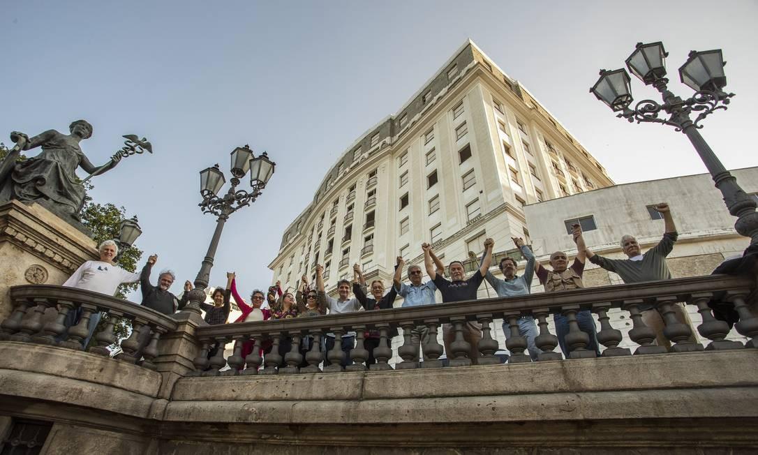 Membros do IAB - Instituto dos Arquitetos do Brasil realizaram ato em protesto contra o abandono do Hotel Glória. Foto Guito Moreto / Agência O Globo Foto: Guito Moreto / Agência O Globo