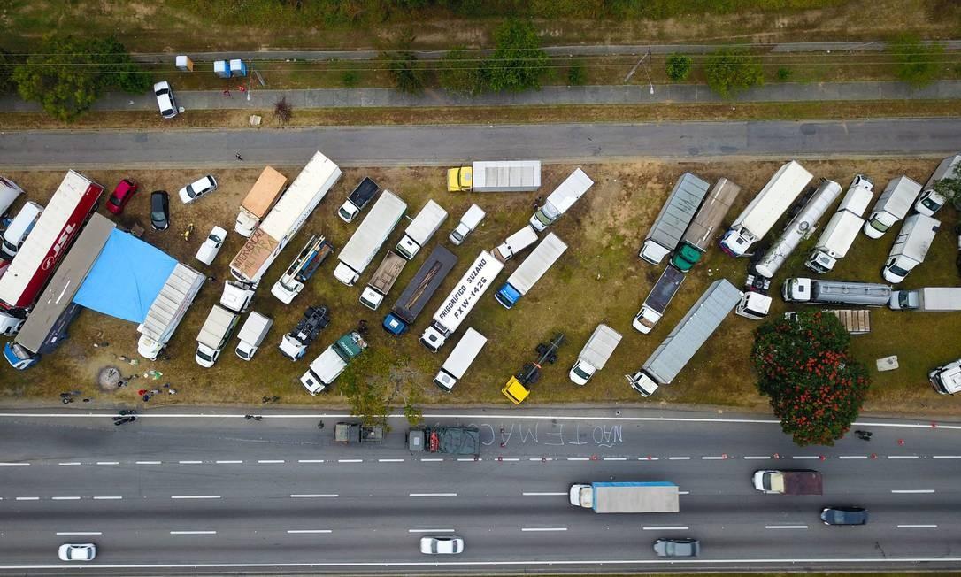 Greve dos caminhoneiros: bloqueios pararam o país em maio Foto: Nilton Cardin / Parceiro / Agência O Globo / Agência O Globo