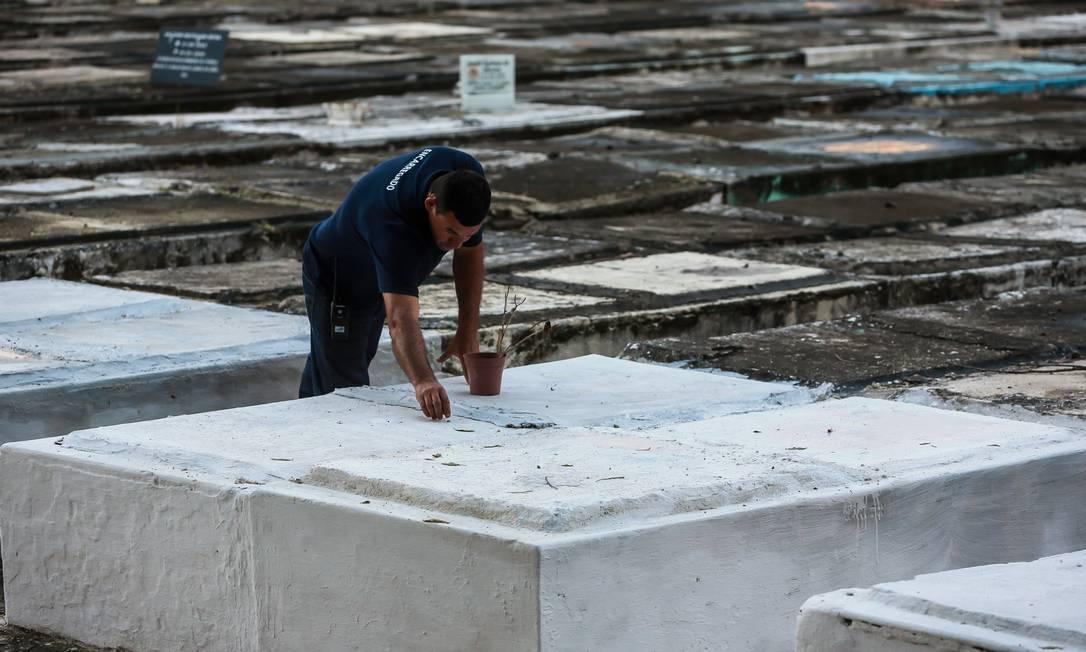O túmulo da vereadora Marielle Franco, no Cemitério São Francisco Xavier, assassinada com quatro tiros em março: até hoje a polícia não descobriu o autor e o mandante da execução Foto: Marcelo Regua / Agência O Globo