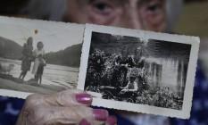 A aposentada Yolanda Francisco mostra fotos de 1947 em que ela aparece com a amiga Maria Brasilina e Tibério Gaspar, ainda menino, em Anta Foto: Custódio Coimbra / Agência O Globo