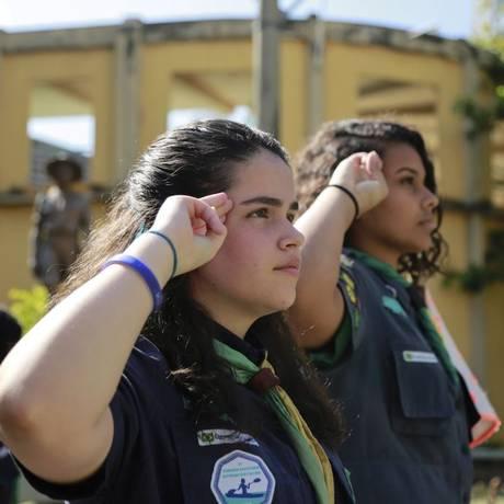 Meninas da tropa fazem a clássica continência: sempre alerta Foto: Brenno Carvalho / Agência O Globo