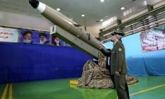 O ministro iraniano da Defesa, Amir Hatami, em 13 de agosto de 2018, na apresentação dos mísseis 'Fateh Mobin', em Teerã Foto: IRANIAN DEFENCE MINISTRY/AFP/Arquivos / -
