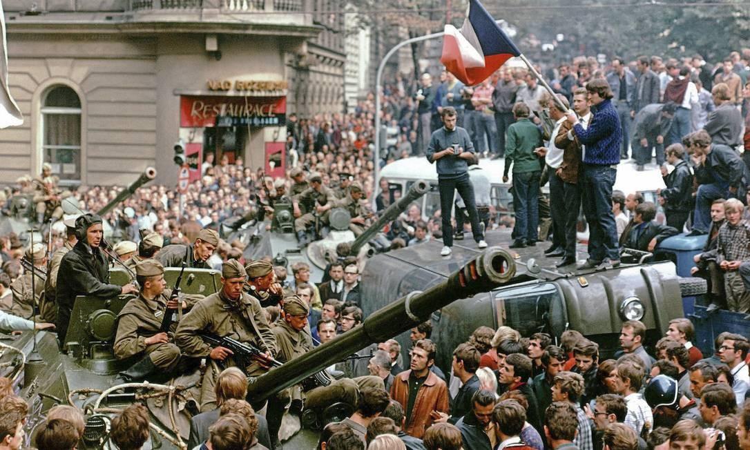 """No dia da invasão, moradores da capital da então Tchecoeslováquia cercam os tanques soviéticos perto da sede da Rádio Praga, que havia se tornado um símbolo das reformas do """"socialismo com rosto humano"""" Foto: Libor Hajsky/ Reuters/ 21-8-1968"""
