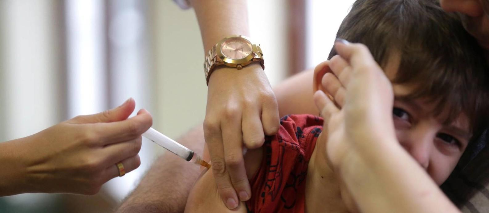 Crinaça sendo vacinada no Centro Municipal de Saúde Heitor Beltrão, na Tijuca Foto: Marcio Alves / Agência O Globo