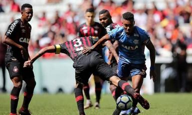 Vitinho disputa bola com Lucho González, em jogo perdido pelo Flamengo Foto: Divulgação/Flamengo
