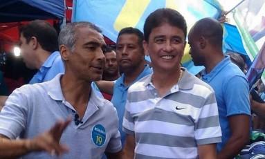 Acompanhado de Bebeto, Romário faz campanha em São Gonçalo Foto: Facebook / Divulgação