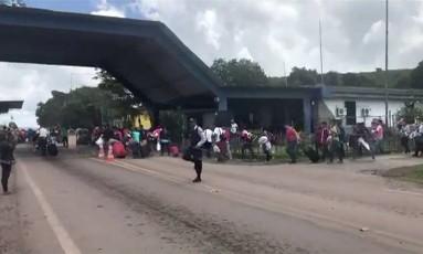 Venezuelanos cruzam a fronteira de volta para seu país de origem após sofrerem agressões na cidade Pacaraima, Roraima Foto: Isac Dantes / AFP