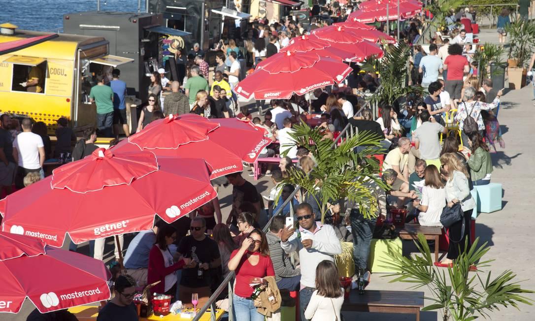 Rio Gastronomia: área externa do Pier Mauá, repleta de food-trucks, é sucesso entre o público Foto: Adriana Lorete / Agência O Globo