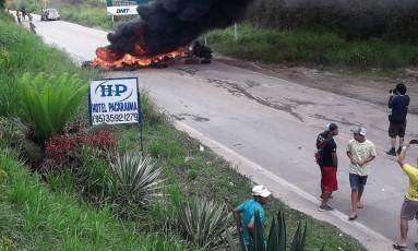 Manifestantes queimam pneus para impedir entrada de refugiados em Roraima Foto: Mauricio Castillo / Reuters