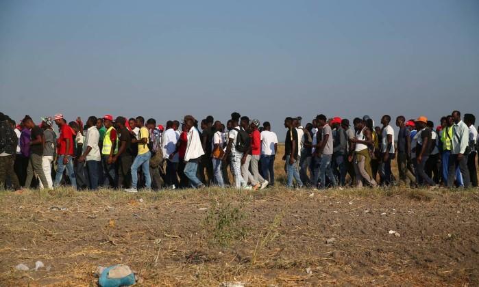Imigrantes africanos em marcha de protesto contras baixas condições de trabalho, nos arredores de Foggia Foto: Alessandro Bianchi / Reuters