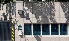 Tiros deixaram um buraco de bala na janela da embaixada americana na capital turca Foto: STR / AFP