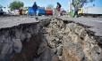 Cratera aberta em rua de Lombok após o novo terremoto Foto: ANTARA FOTO / REUTERS