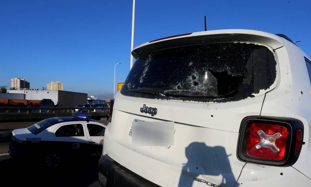 As marcas de tiros num dos carros usados pelos suspeitos Foto: Fabiano Rocha / Agência O Globo