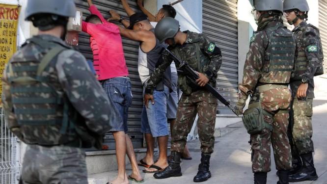 Os militares revistam um grupo de pessoas Foto  Marcos de Paula   Agência O  Globo d743dedd7da