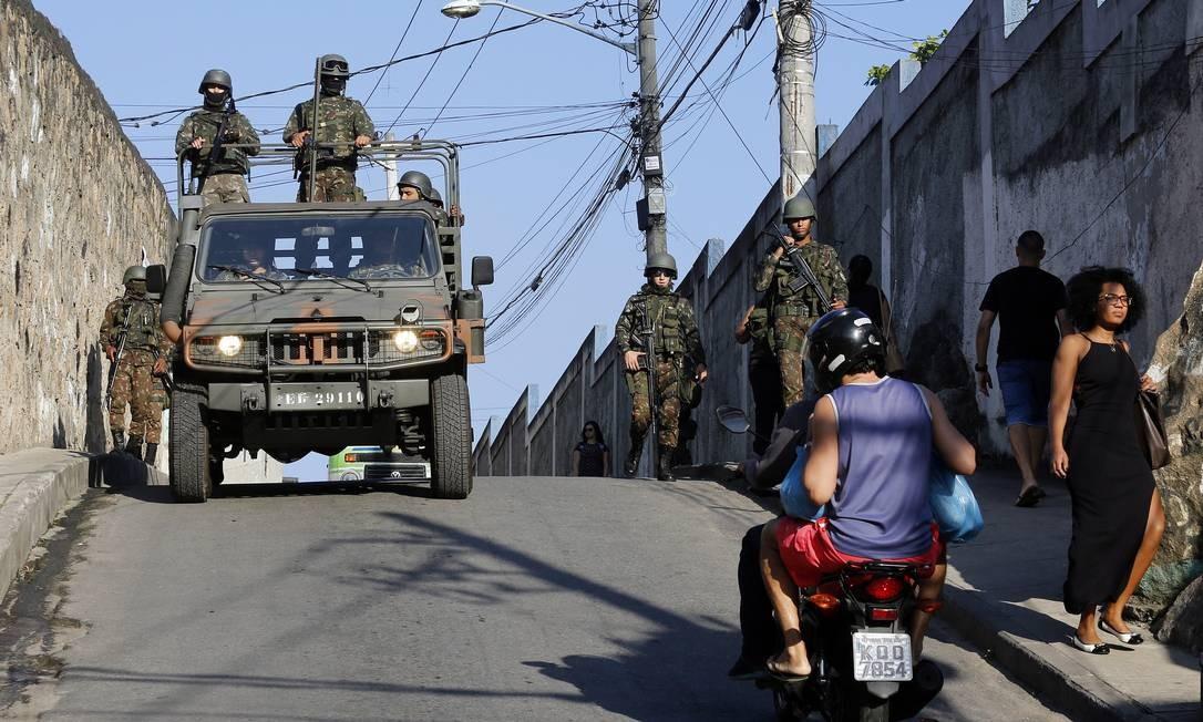 Militares das Forças Armadas fazem operação no Complexo do Alemão, na Zona Norte Foto: Marcos de Paula / Agência O Globo