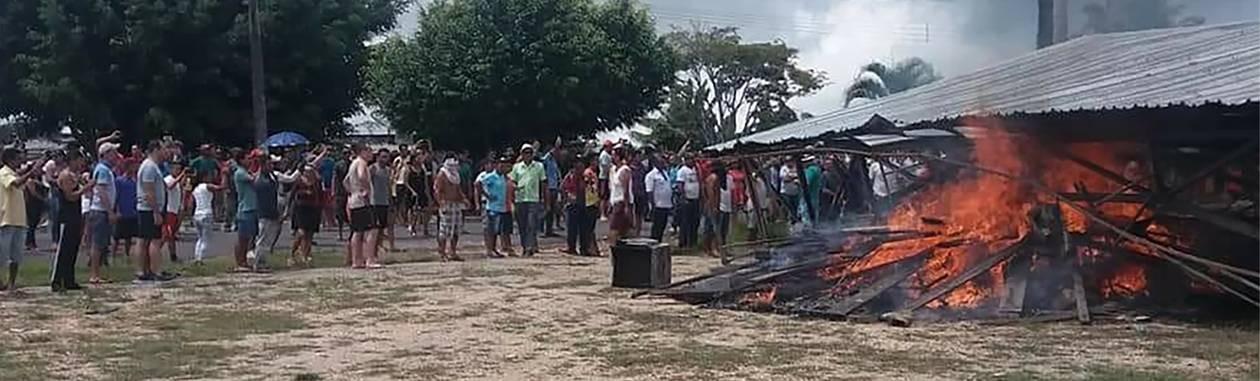 Moradores de Pacaraima, em Roraima, incendeiam um dos principais campos de imigrantes venezuelanos no estado Foto: ISAC DANTES / AFP