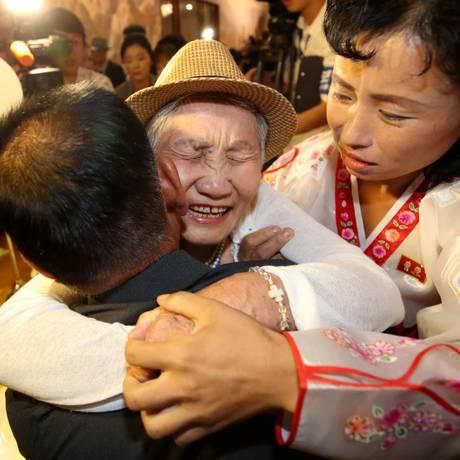 Parentes afastados há seis décadas se reencontram durante evento promovido pelas autoridades das Coreias do Sul e do Norte Foto: HANDOUT / REUTERS