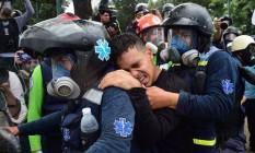 Ativista contra governo venezuelano ferido é levado para receber cuidados médicos durante manifestação com violência policial em 30 de julho de 2017 Foto: RONALDO SCHEMIDT / AFP