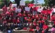 Pelo Twitter, alunos da unidade de Madureira divulgaram um vídeo vestindo roupas vermelhas Foto: Reprodução/ Twitter