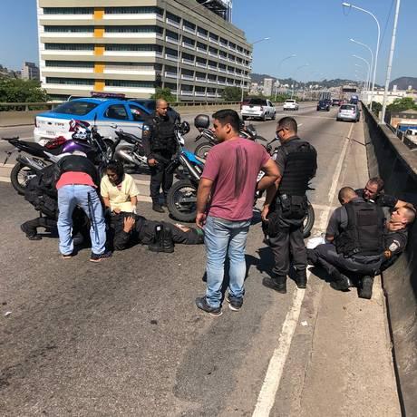 As vítimas recebendo atendimento no Elevado da Perimetral Foto: Márcia Foletto / Agência O Globo