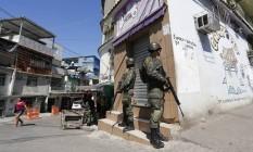 Operação do Comando Conjunto no Complexo da Maré Foto: Pablo Jacob / Agência O Globo