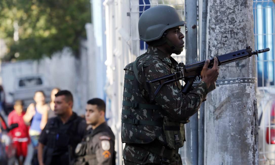 Ao todo, 4.270 militares e policiais participam da operação Foto: Marcos de Paula / Agência O Globo