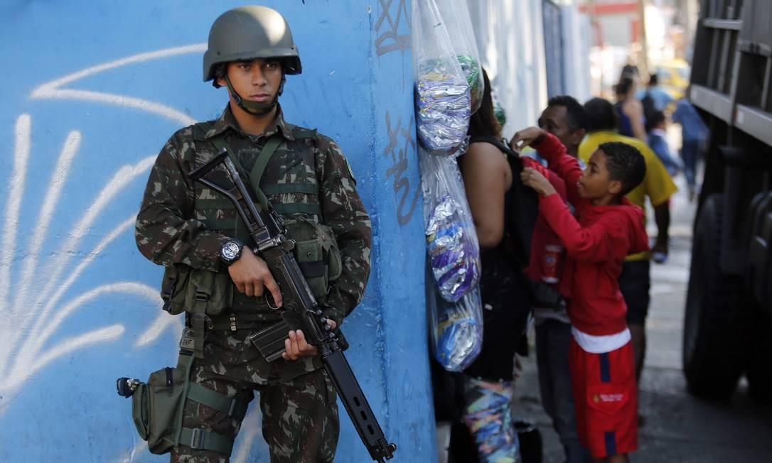 Um dos objetivos das operações é a retirada de barreiras colocadas pelos traficantes Foto: Marcos de Paula / Agência O Globo
