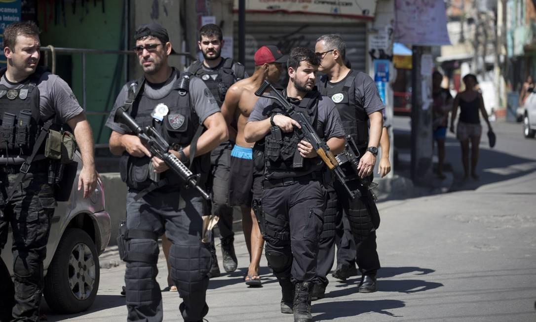 Setenta policiais civis participaram das operações. Na foto, agentes percorrem ruas da Vila Cruzeiro Foto: Márcia Foletto / Agência O Globo