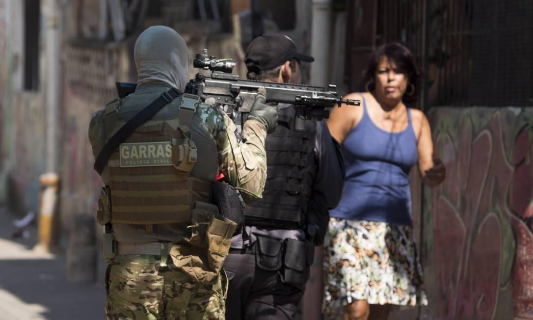 Policiais durante operação na Vila Cruzeiro Foto: Márcia Foletto / Agência O Globo