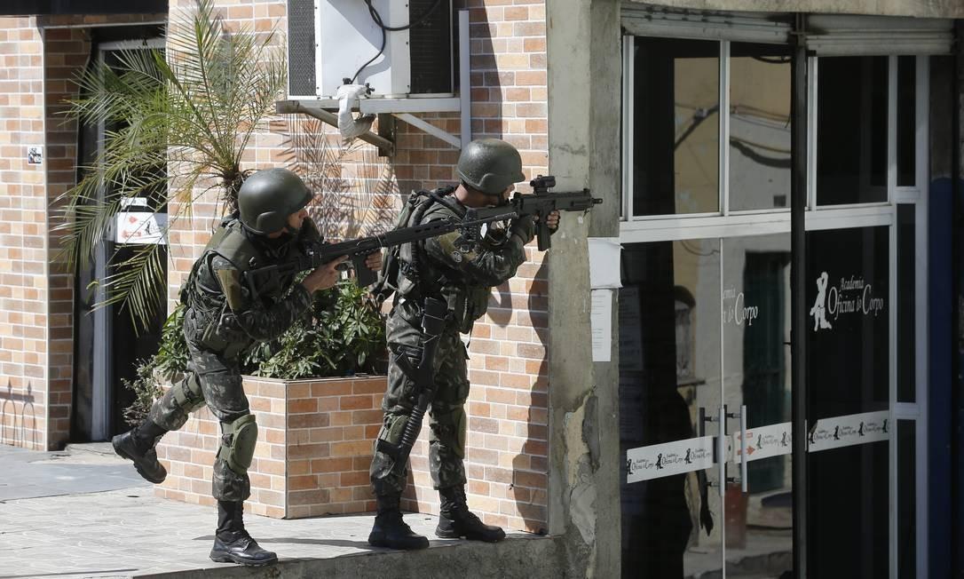 Dois soldados patrulham via no Complexo da Maré Foto: Pablo Jacob / Agência O Globo