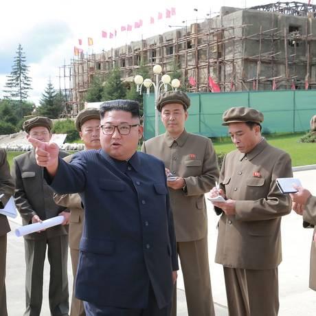 Kim Jong-un visita obras na província de Ryanggang: foco na economia e críticas a atrasos em projetos Foto: KCNA VIA KNS / AFP