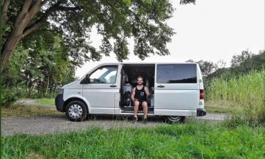 """Andrew Pardy e a van que usa para percorrer a Europa em um roteiro que descreve a frase """"Stop Brexit"""" Foto: AFP"""