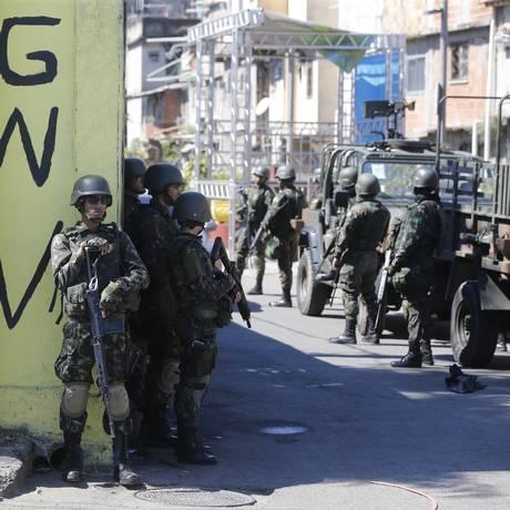 Militares em ação no Complexo da Maré Foto: Pablo Jacob / Agência O Globo