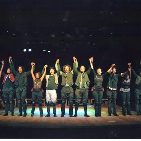 Grupo teatral Nós do Morro, em apresentação no 'teatrinho' Foto: Divulgação