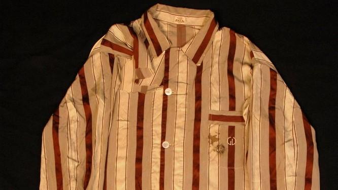 O paletó do pijama de Getúlio Vargas, exibido no Museu da República, tem o furo manchado de sangue na altura do bolso frontal Foto: Divulgação