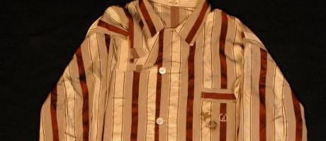 O paletó do pijama de Getúlio Vargas tem o furo manchado de sangue na altura do bolso frontal Foto: Divulgação