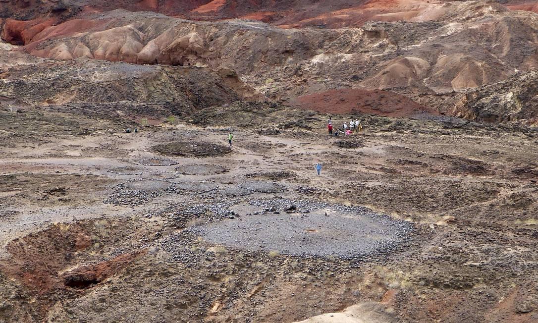 O sítio do Pilar Norte de Lothagam, no Quênia: círculos de pedra podem ser vistos em torno da grande plataforma circular com os restos mortais de mais de 500 indivíduos Foto: Divulgação/ Katherine Grillo
